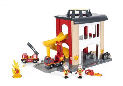 Große Feuerwehr-Station mit Einsatzfahrzeug